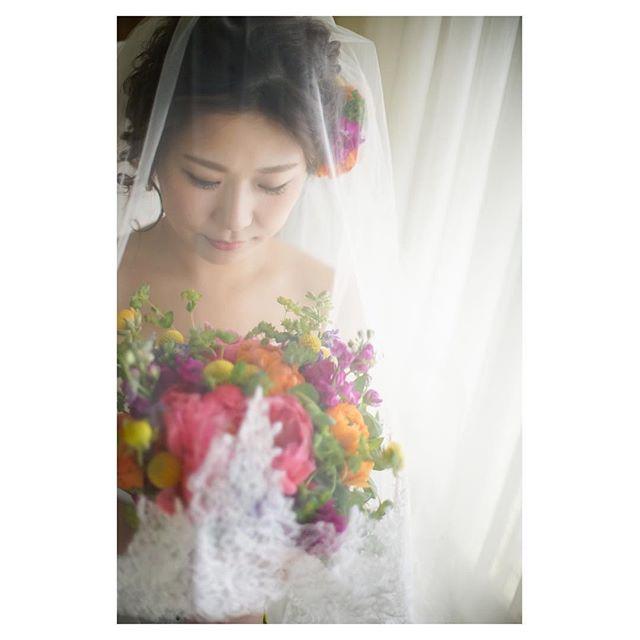 .ベールをおろしたら花嫁支度の完成。誓いの時へのカウントダウンが始まります...Photo @mak_ishii @fotogenica_hawaii Hair & Make @hisami_hairmake Produced by @la.chic.weddings