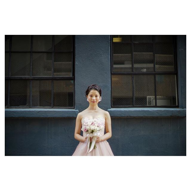 .Down Town Shootingダークトーンの背景がシックで素敵◡̈⋆*.Photo @mak_ishii @fotogenica_hawaii Produced by @la.chic.weddings