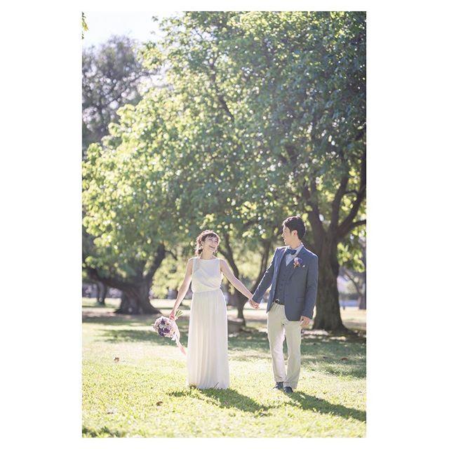 .気持ちの良い朝の日差し🌞みどりが本当に美しいカピオラニパーク撮影.Photo @iluminiphoto Produced by @la.chic.weddings