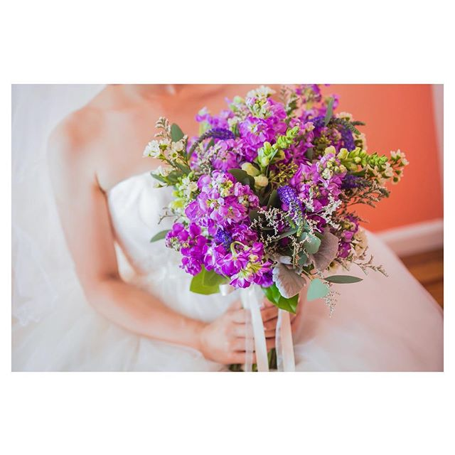 .Wedding Bouquet可愛くてポップなブーケは見るだけでワクワク、心踊ります◡̈︎.Produced by @la.chic.weddings