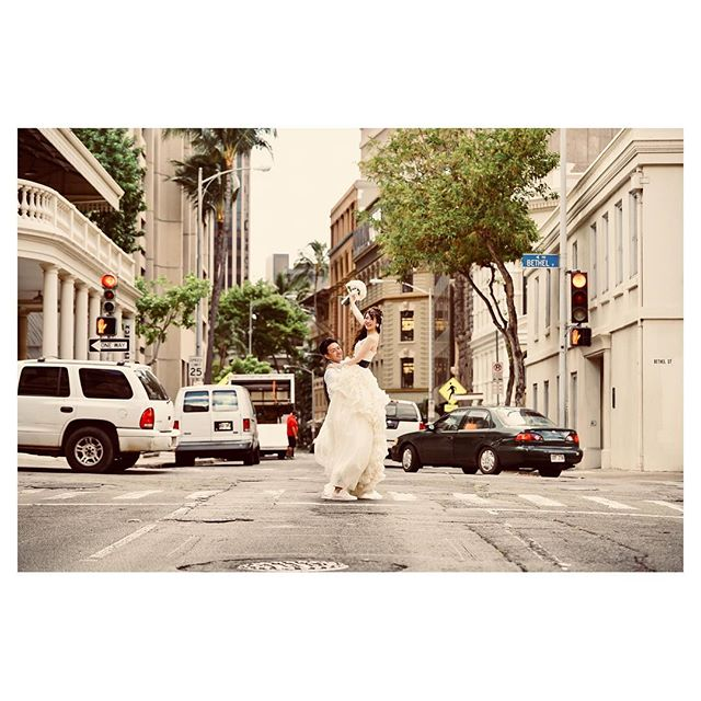 .Down Town Shooting映画のワンシーンみたい...♡♡♡.Photo @fotogenica_hawaii Produced by @la.chic.weddings