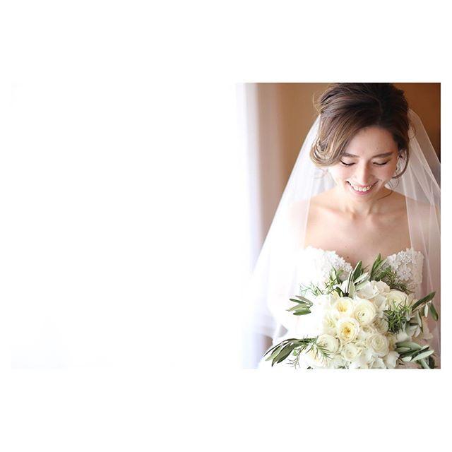 .花嫁ソロショットこれから始まる幸せの予感が溢れてる...♡..Photo @makoozaki Hair & Make @hisami_hairmake Produced by @la.chic.weddings