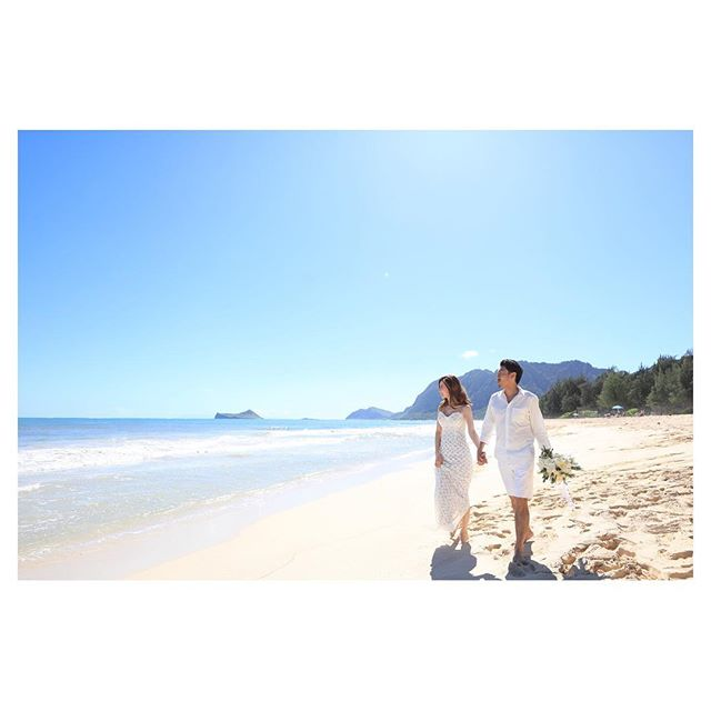 .見渡す限り優しい青...Waimanalo Blue🏖..Photo by @makoozaki Produced by @la.chic.weddings