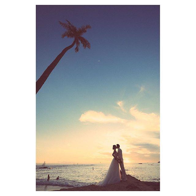 .ヤシの木とサンセット...最高にキレイな空を見て一日を終えるしあわせ...️..Photo by @makoozaki Produced by @la.chic.weddings