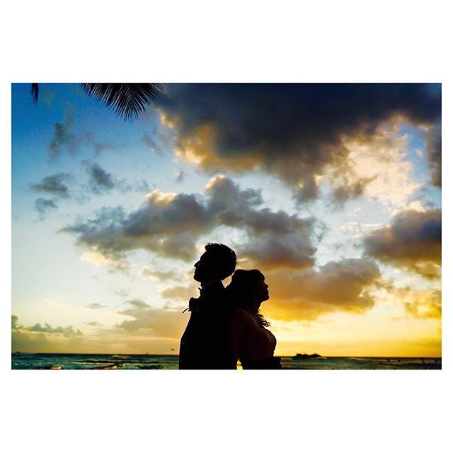 .夕焼け空に浮かぶシルエットその日によって表情が変わるサンセットフォト。明日はどんな空が広がるかな...。..Photo by @mak_ishii @fotogenica_hawaii Produced by @la.chic.weddings
