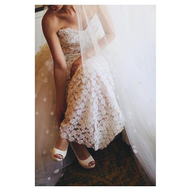.ドレス全面に咲いたフラワーペタルがとっても素敵@carolinaherrera 主役のドレスを際立たせるならアクセサリーはとことんシンプルに︎.Photo by @makoozaki Produced by @la.chic.weddings