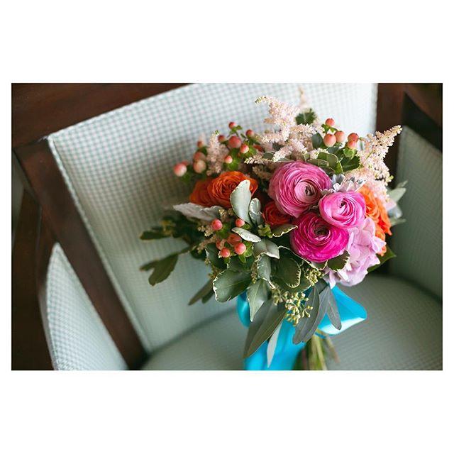 .ウェディングを彩る鮮やかなブーケ朝一番、ブーケをお届けしたときの花嫁様の喜ぶ笑顔が大好き◡̈♡.@blueblue_flowers_hawaii