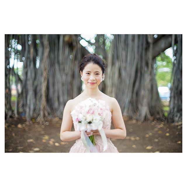 .バニアンツリーを背景に...幸せオーラ溢れる美しい花嫁様です...◡̈️#alamoanabeach フォトツアー🏝..Photo @mak_ishii @fotogenica_hawaii Hair &Make @hisami_hairmake Produced by @la.chic.weddings