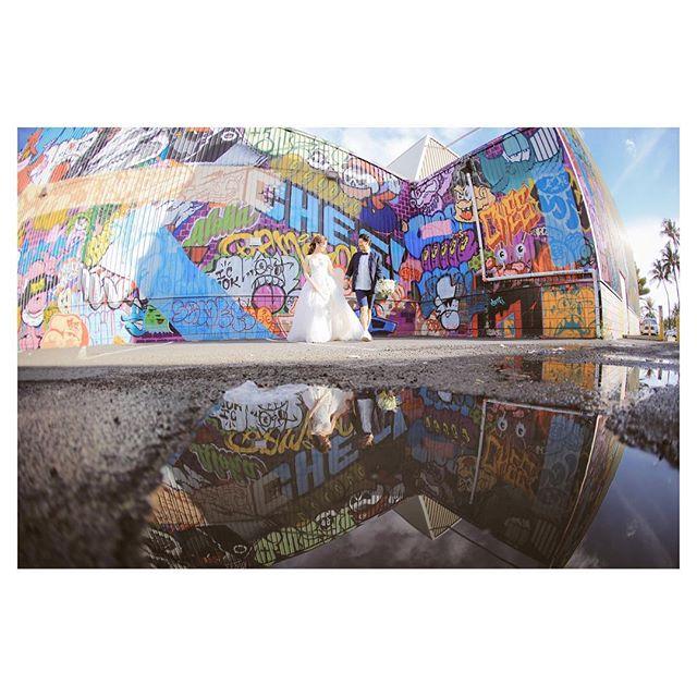 .Kakaako Wall Artポップな色彩を映し出す水たまりまでもがアートに.....Photo by @makoozaki Produced by @la.chic.weddings