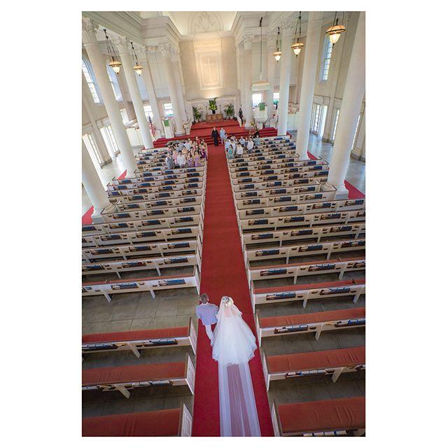 .大聖堂の長いバージンロードに美しく流れるロングベールは花嫁の憧れ...♡@centralunionchurch ..Photo by @iluminiphoto Produced by @la.chic.weddings