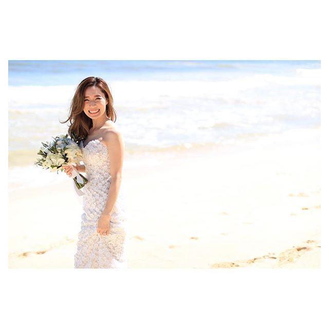 .シンプルイズベスト︎綺麗な海が背景なら、ステキなドレスとブーケあれば良い◡̈♡..Photo by @makoozaki Hair & Make@hisami_hairmake Produced by @la.chic.weddings