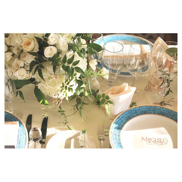 .ミッシェルズのブループレートにホワイト×グリーンのテーブル装花をあわせて爽やかに◡̈✿ハワイ限定のピエールマルコリーニはプチギフトにおすすめです︎.@michels_at_the_colony_surf.@pierre_marcolini_hawaii ..✿ @blueblue_flowers_hawaii Produced by @la.chic.weddings