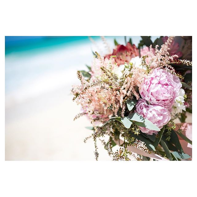 .ハワイの青い海に良く映える鮮やかなブーケホワイトも良いけどカラーブーケはやっぱり気持ちがグンとあがります◡̈↑↑. @ayastomikawa Produced by @la.chic.weddings