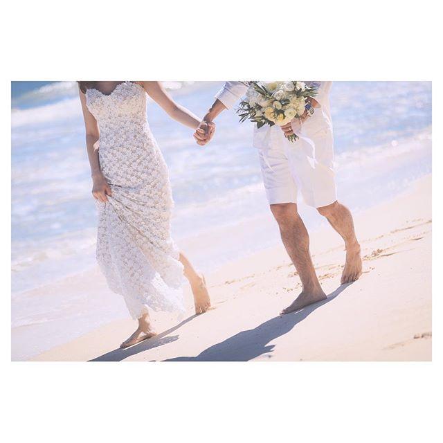 .裸足でビーチデート🏖サラサラの白砂が心地良い...◡̈♡..Photo by @makoozaki Produced by @la.chic.weddings