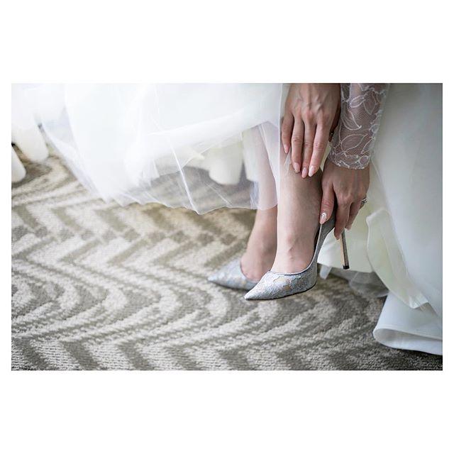 .レースが美しいJimmy Choo Romy。ウエディングがより一層特別なものになる素敵なWedding Shoes.....Photo by @ayastomikawa @fotogenica_hawaii Produced by @la.chic.weddings