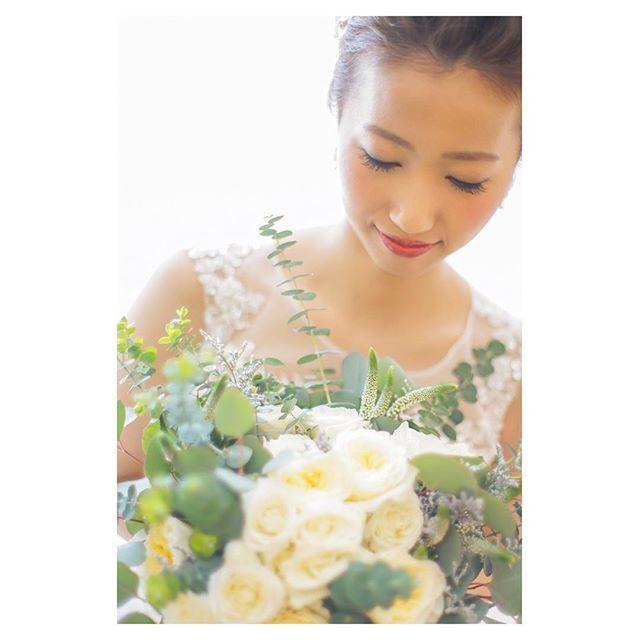.ブーケを持つと花嫁様はより一層キラキラ美しくなります...◡̈..Photo @mak_ishii @fotogenica_hawaii Produced by @la.chic.weddings