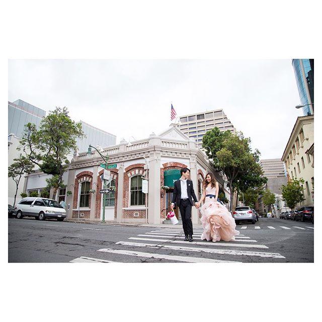 .街歩き...人気のwhite by verawangのドレスはフリルをふわり持ち上げながら歩くととっても可愛い◡̈♡.Photo @ayastomikawa @fotogenica_hawaii Produced by @la.chic.weddings