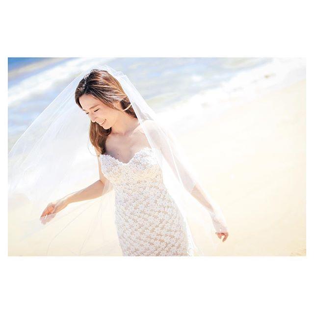 .青い海を背景に...真っ白なウェディングベールが風にのってひらひら.Hair & Make @hisami_hairmake Photo by @makoozaki Produced by @la.chic.weddings