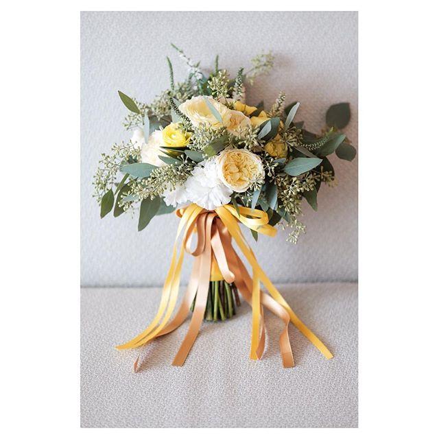 .黄色のブーケでHappy&元気いっぱいな印象に︎見る人の心も明るくなります◡̈♡..#ガーデンローズ (ホワイト)#ラナンキュラス (イエロー)#ベロニカ#ユーカリの葉
