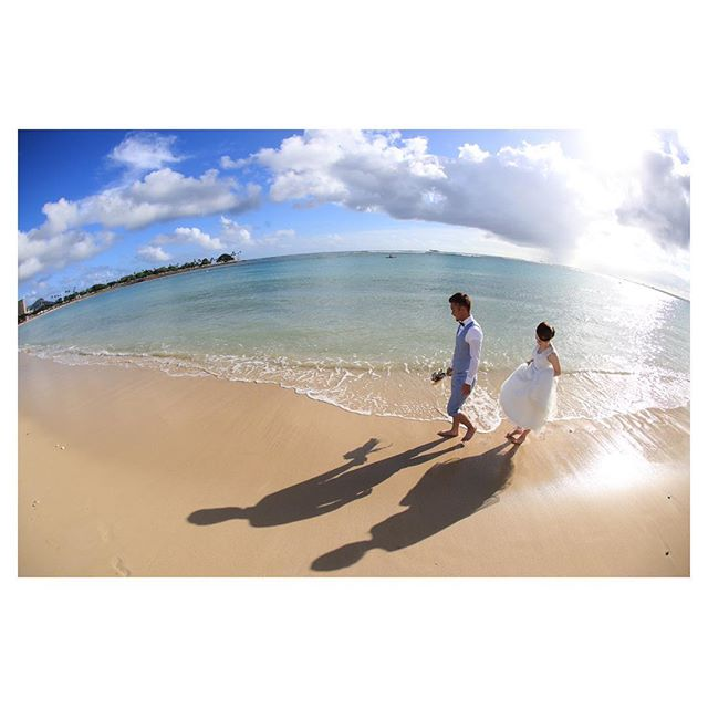 .午後のビーチ🏖波打ち際を歩くふたりの影がかわいい♡#alamoanabeach .. @makoozaki Produced by @la.chic.weddings
