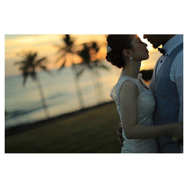 .グラデーションの空がロマンティックで、ウェディングにぴったりの素敵な時間...♡やっぱりハワイのサンセットは格別︎.. @makoozaki Produced by @la.chic.weddings