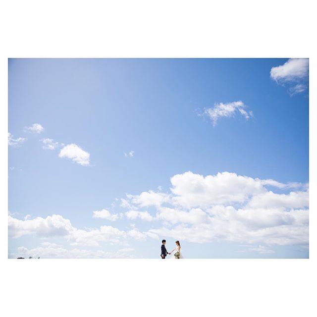 .気持ちの良い青空と可愛いふたり♡.. @ayastomikawa Produced by @la.chic.weddings