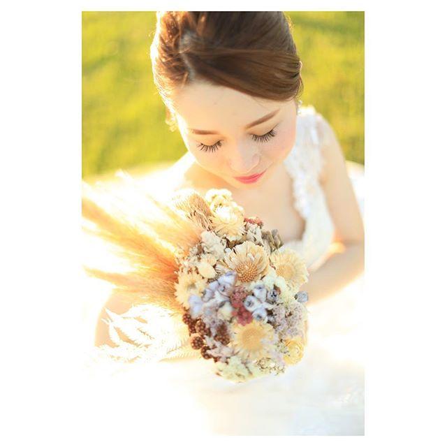 .透き通るように真っ白な肌がサンセットの光でキラキラとより一層美しい...♡.. @makoozaki Produced by @la.chic.weddings