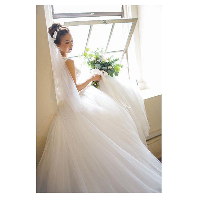 .️Kawaiahao Church優しい雰囲気に包まれるこの窓辺での写真がとっても好き♡.. @mak_ishii Produced by @la.chic.weddings