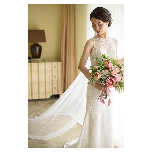 .ドレス、ベール、ブーケ。デザインやシルエットの相性パーフェクトBrideのセンスが光ってます。.. @tmj_photo @beunitedgraphy  @hisami_hairmake Produced by @la.chic.weddings