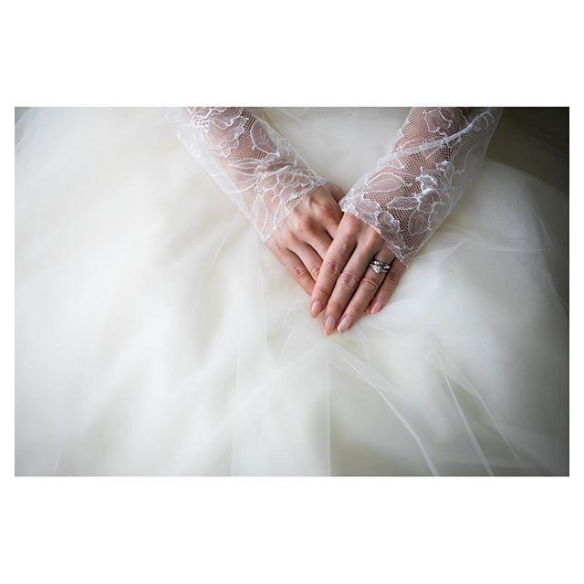 .シンプルだけど華やか。手元から美しい花嫁.. @ayastomikawa Produced by @la.chic.weddings