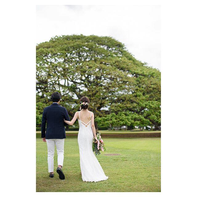 .@moanaluagardenswedding 腕を組むふたりの距離感がなんか良い...♡.. @tmj_photo @beunitedgraphy  @hisami_hairmake Produced by @la.chic.weddings