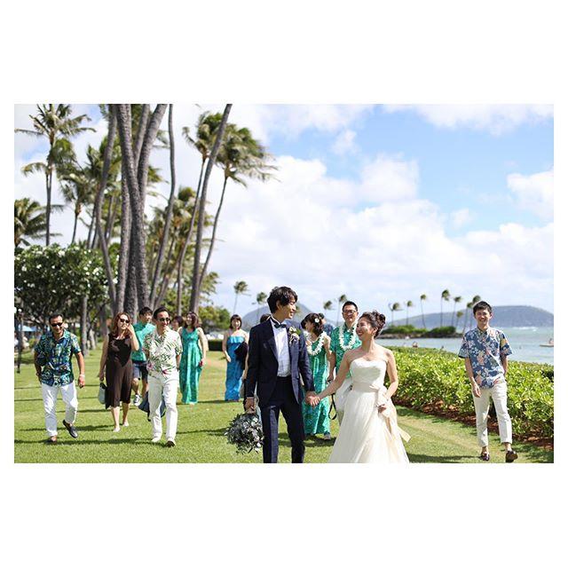 .ゲストと楽しむフォトツアー◡̈♡みんなでビーチへ移動するのも楽しい思い出🎞.. @makoozaki Produced by @la.chic.weddings