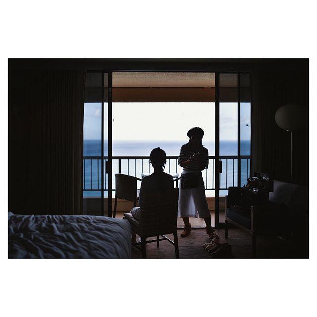.海を見ながらのお支度。ハワイウェディングならではの贅沢な時間..... @hideohba  @beunitedgraphy  @bilino_naoko Produced by @la.chic.weddings