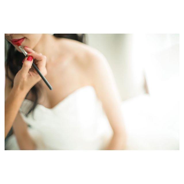 .特別な日だからこそ。普段はつけない赤リップにも挑戦したい.. @mak_ishii @beunitedgraphy Produced by @la.chic.weddings