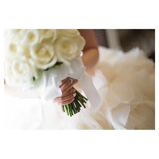 .Like a princess!!!ふわふわのドレスに真っ白なローズブーケをあわせたスイートコーデ♡小さい頃憧れたお姫様になれる日..... @mak_ishii @beunitedgraphy Produced by @la.chic.weddings