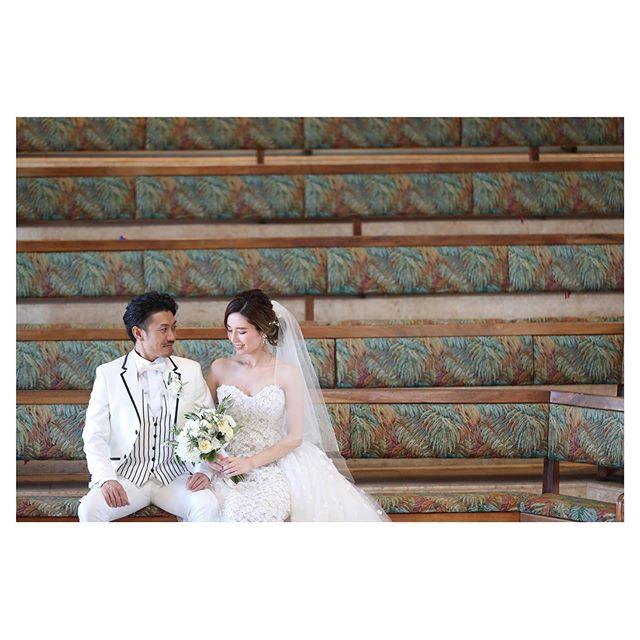 .#calvarybytheseaハワイらしさを求めるならおすすめしたい教会ベンチの絵柄も可愛い.. @makoozaki  @hisami_hairmake Produced by @la.chic.weddings