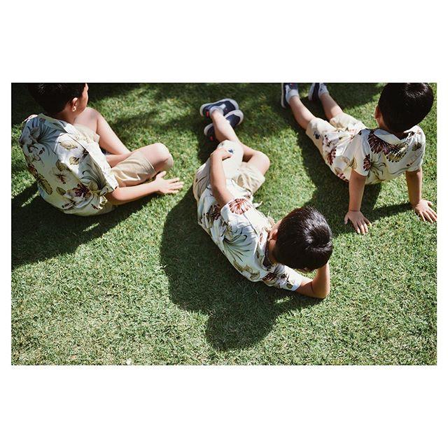 .邸宅ウェディングならでは!?子供たちもお庭でリラックスお揃いのアロハが可愛い🤙.. @hideohba Produced by @la.chic.weddings