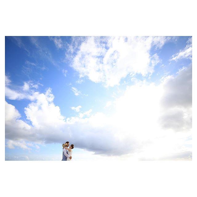 .雲ひとつない空も好きだけど、雲がかかった空はドラマティックが増して、これはこれで良い🕊.. @makoozaki Produced by @la.chic.weddings