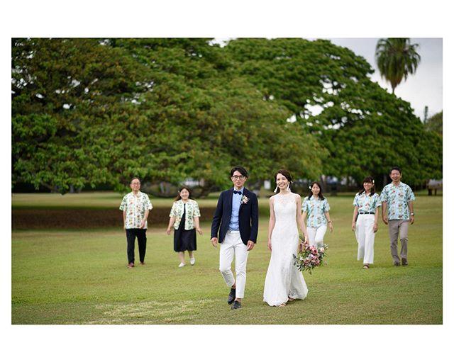 .モアナルアガーデンウェディング@moanaluagardenswedding .挙式後の時間がたっぷりあるのも嬉しい♡だからこそ家族とも一緒に撮影を楽しみたいですよね。.. @tmj_photo Produced by @la.chic.weddings