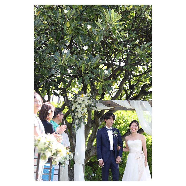.緊張の挙式を終えて...家族の顔を見た瞬間のホッとした笑顔◡̈♡うん。良い顔してる...♡♡♡#halepunakai wedding.. @makoozaki @beunitedgraphy  @bilino_atsuko Produced by @la.chic.weddings