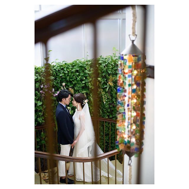 .@kahala_resort .ホテルの空気感とふたり雰囲気が素敵にマッチしてる...♡.. @tmj_photo Produced by @la.chic.weddings
