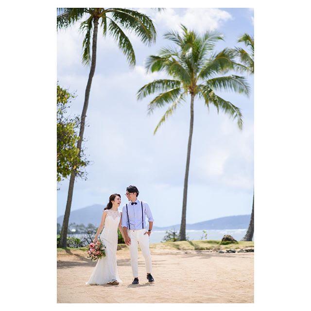 .空と海とヤシの木と。心地よいロケーションにふたりも自然と笑顔に...◡̈︎.. @tmj_photo Produced by @la.chic.weddings
