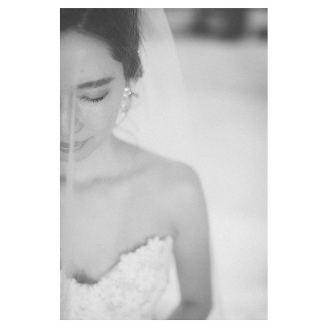 .凛と張り詰めた空気が流れる祈りの時間.. @makoozaki Produced by @la.chic.weddings