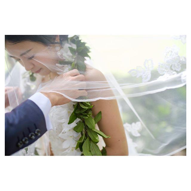 .結びつきを意味するマイリレイ交換ハワイアンスタイルならではの神聖なセレモニー.. @mak_ishii Produced by @la.chic.weddings