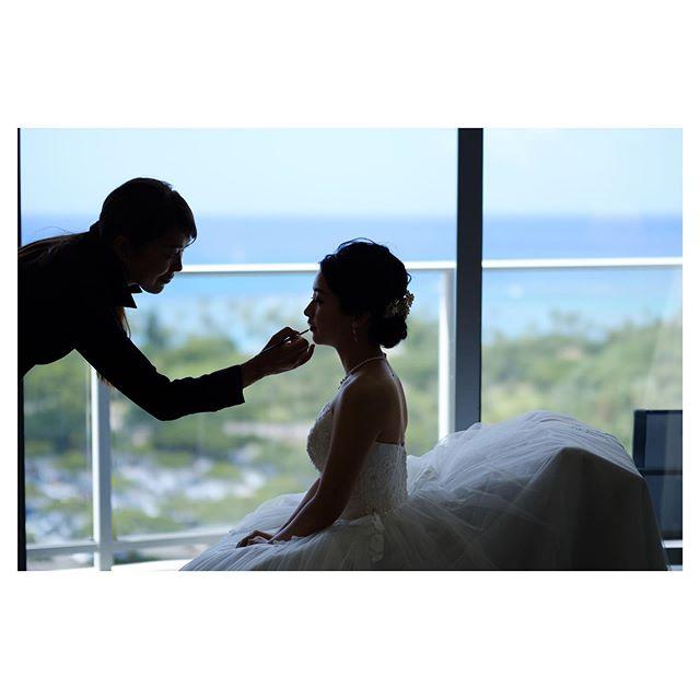 .リップでお仕上げこれから始まる挙式へ向けて高まる期待と緊張感♡一瞬一瞬が素敵な時間です。.. @mak_ishii  @hisami_hairmake Produced by @la.chic.weddings