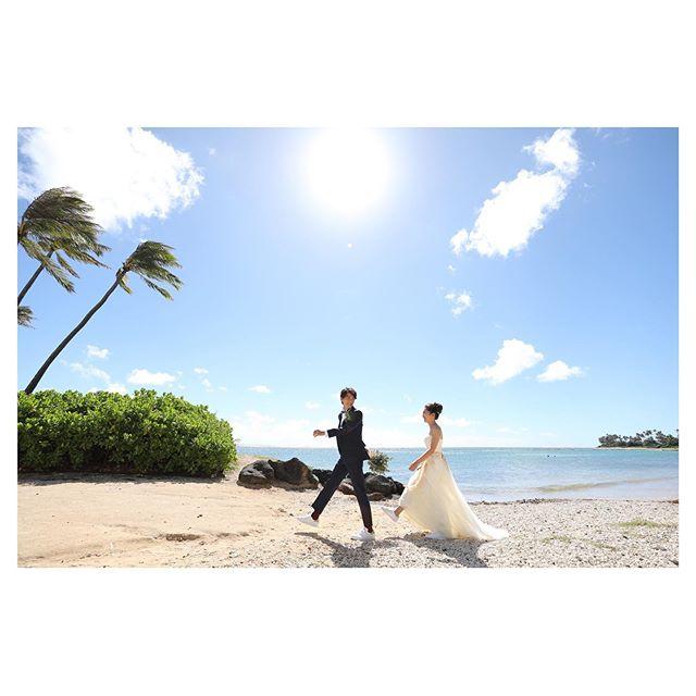 .太陽も空も海も最高にキラキラしてるけど、ふたりの笑顔には敵わない︎ほんと、ナイスなふたり♡.. @makoozaki Produced by @la.chic.weddings