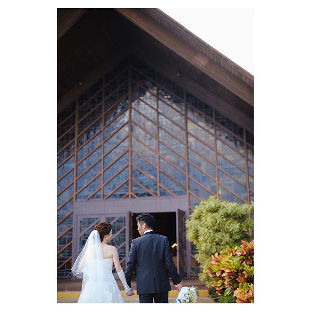 .手を繋いで教会へ向かう姿が、何とも微笑ましい...♡.. @mak_ishii Produced by @la.chic.weddings