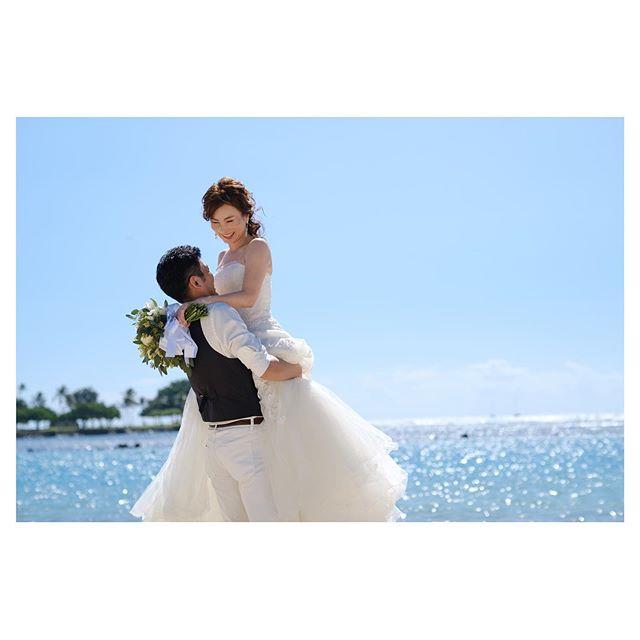 .ビーチでの抱っこショットは彼からのリクエスト♡だからこそ輝くBrideの笑顔︎.. @mak_ishii  @sanae.mydresser Produced by @la.chic.weddings