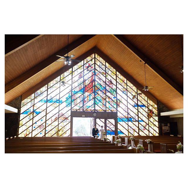 .三角屋根が可愛いモアナルアコミュニティ教会️こじんまりしたアットホーム感も魅力。.. @mak_ishii Produced by @la.chic.weddings