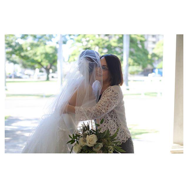 .最愛の娘の幸せを願って...母からのラストハグ...♡.. @mak_ishii Produced by @la.chic.weddings